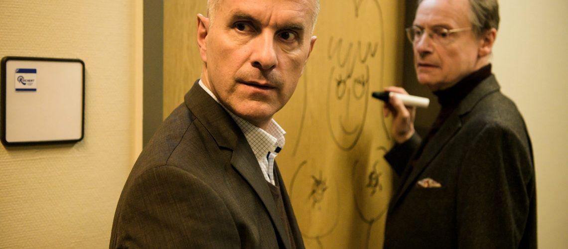 Während Erik (Christoph Maria Herbst) sich Sorgen um eine drohende Übernahme seiner Firma macht, nutzt Ludwig (Michael Wittenborn) die Zeit in der Firma für